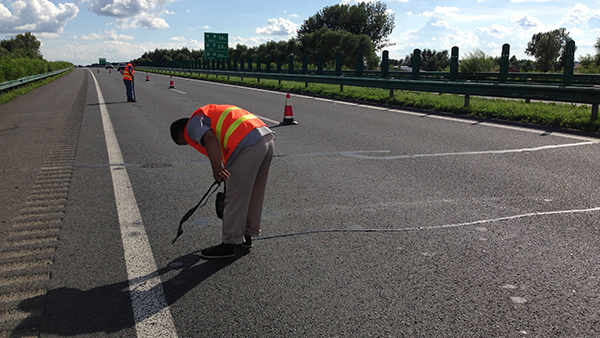 吉林省德惠段京哈高速嘉格沥青贴缝带对比试验及裂缝修补