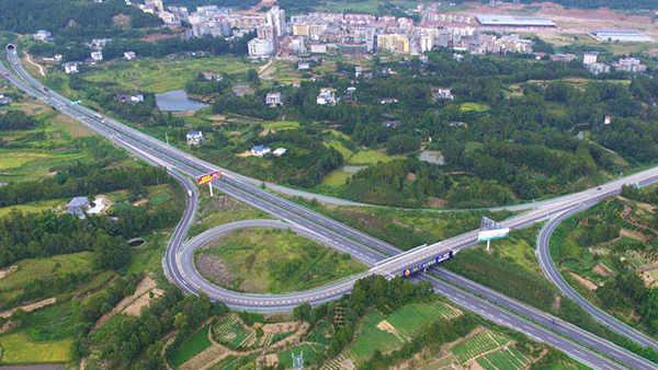 成巴高速采用6公分嘉格贴缝带进行道路路面裂缝粘贴修补施工