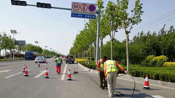 山东省东营市国道220线采用嘉格贴缝带进行道路裂缝密封修补