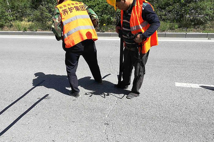 嘉格公路裂缝贴缝带已经应用在国内各地道路养护施工现场