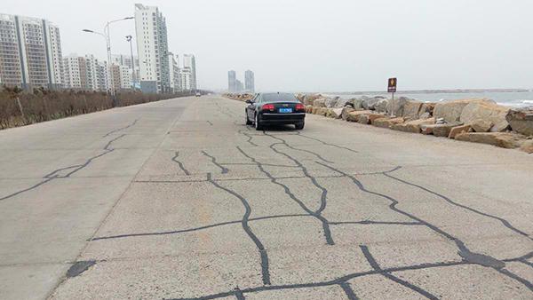 嘉格沥青灌缝胶出现在山东龙口海边水泥路面裂缝修补施工中