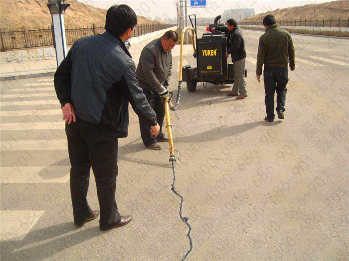 公路路面裂缝伸缩缝灌缝选用沥青道路灌缝胶的原因