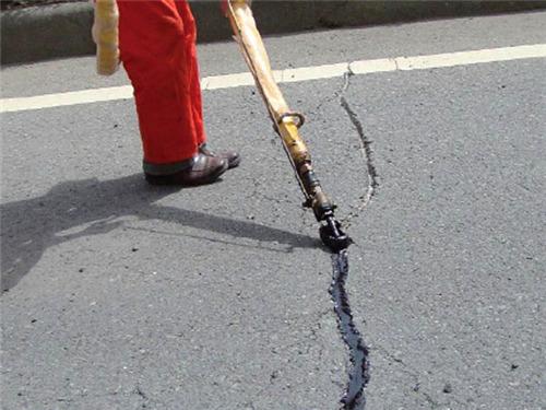 采用公路灌缝胶灌缝施工后洒上石粒等可提前10分钟通车但非必须