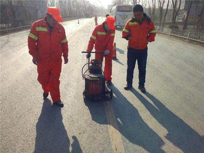 路面裂缝灌缝胶施工方法