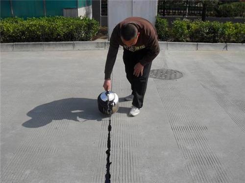 水泥路面伸缩缝切割要求及两种填充密封的道路灌缝胶
