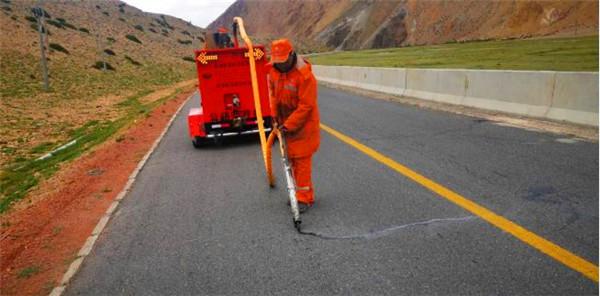 道路灌缝胶灌缝处理青海省祁连段省道路面裂缝