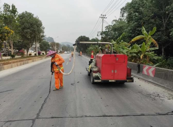 漳州采用道路灌缝胶修补水泥路面裂缝,提升路面有效修补率