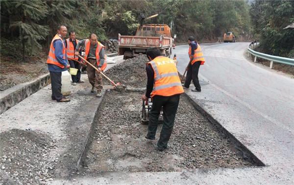 贵州省某公路段采用沥青冷补料修补路面坑槽,沥青热料成为历史