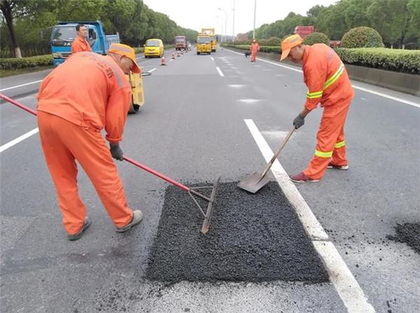 冷补料:冷补沥青混合料成为道路路面坑槽修补主要选择的原因