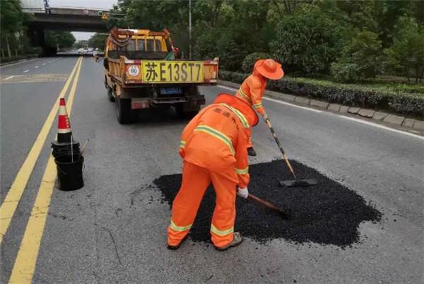 苏州公路昆山公路部门采用冷补料抢修水毁路面坑槽