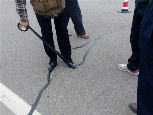 裂缝宽度小于8毫米的沥青混凝土路面裂缝修补问题