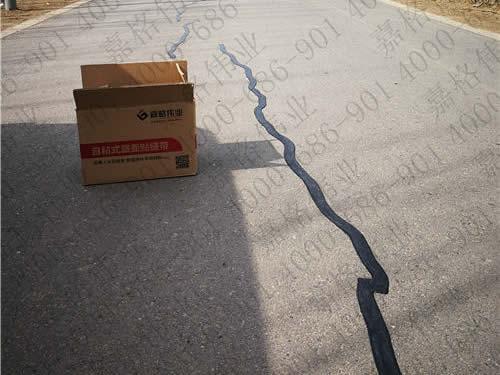 四川道路养护工人假期坚守岗位用嘉格公路裂缝贴养护道路裂缝