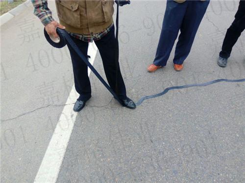 路面贴缝带助力贵州公路管理段预防性养护路面裂缝