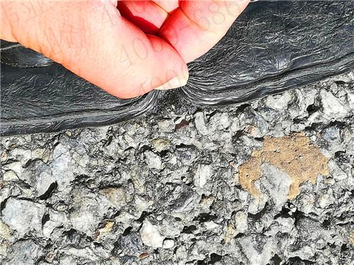 沥青贴缝带一天修补高速公路裂缝几十公里这绝不是夸张